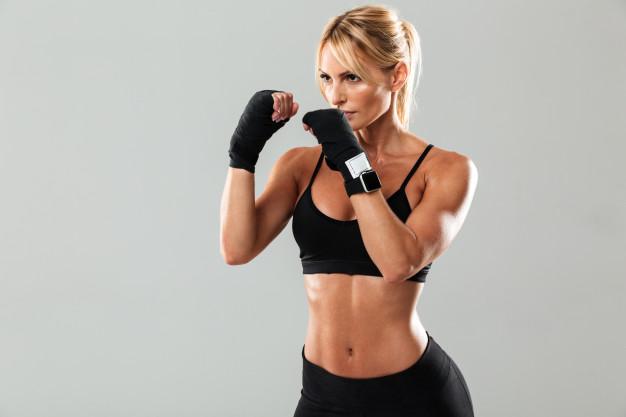 格闘技エクササイズをする女性