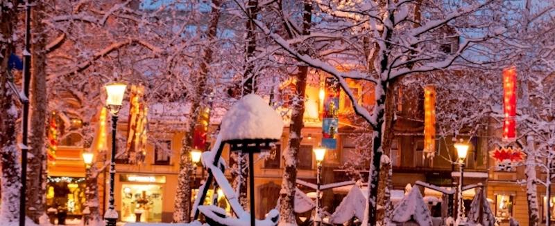 雪の街かど
