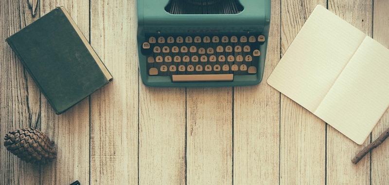 タイプライターのあるデスク