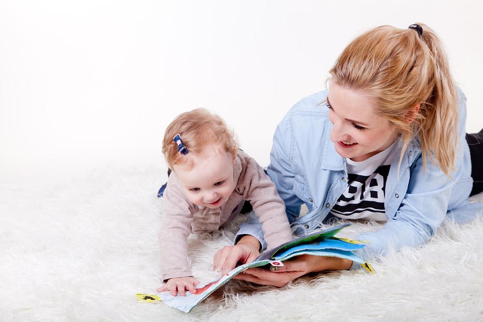赤ちゃんとママが絵本を読んでいます