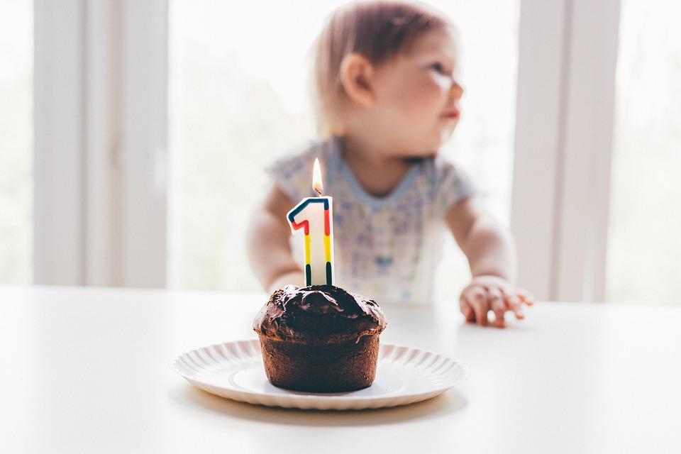 赤ちゃんとバースデーケーキ