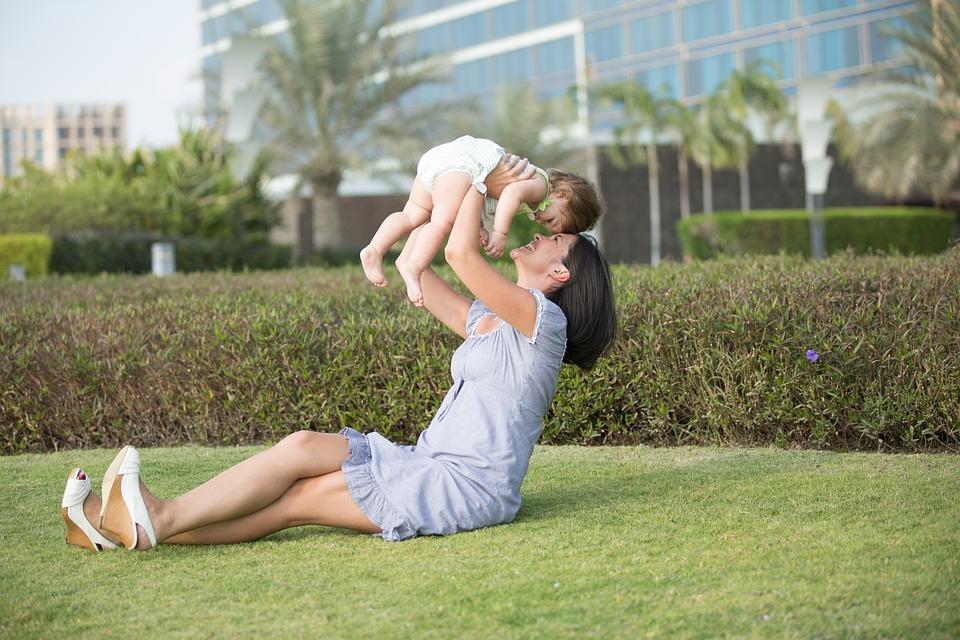 赤ちゃんを抱き上げるママ