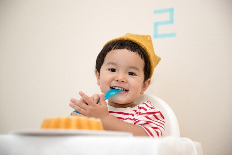 2歳の誕生日の子供