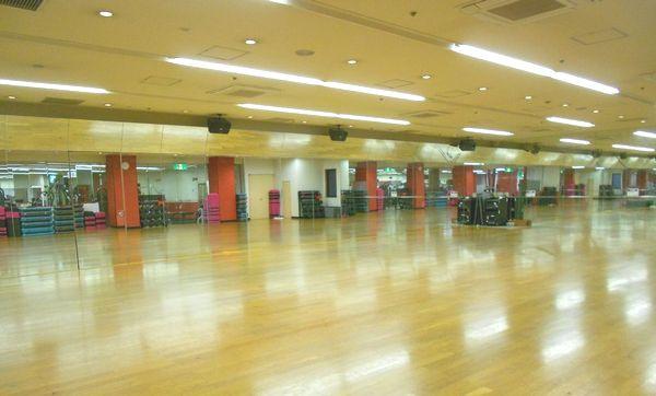 コナミスポーツクラブ大山店第1スタジオ 出典:https://information.konamisportsclub.jp/ksc/007880/facility.html
